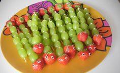Rupsje nooitgenoeg traktatie van druiven. Feestelijk en gezond! Check www.fairfeestje.nl voor tips.