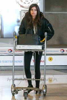 Sara Sampaio es una de las top models más cotizadas del momento. Sin embargo, lejos de las pasarelas y el glamour de las Fashion Week, es una joven de su tiempo que apuesta por los básicos para estar cómoda y por la moda low cost.