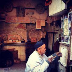 En la medina de Marrakesh...Un artesano trabajando en su taller...aquí encontré el cómo lo hicieron!