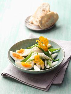 Super leckere Kombi! Spargelsalat mit Vanille-Walnuss-Dressing, Zuckerschoten & Ei | http://eatsmarter.de/rezepte/spargelsalat-mit-vanille-walnuss-dressing