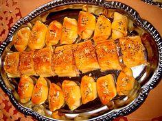 Rohlíčky: Do mísy prosijeme mouku, přidáme sůl, vegetu.V hrnečku zmladíme droždí, v kastrolku rozpustíme sádlo, přidáme olej a vmícháme majonézu... Hot Dog Buns, Hot Dogs, Sushi, Sausage, Bread, Vegetables, Ethnic Recipes, Food, Style