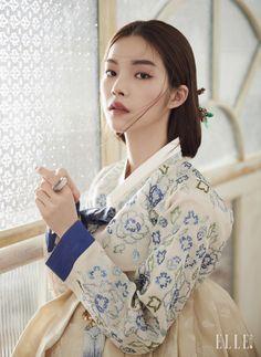 정교한 스와로브스키 장식의 저고리와 치마, 머리 장식, 반지, 노리개는 모두 Traditional Korean Costume Kim Young Seok.