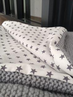 Enfin !!!! le tissu est arrivé , j'ai pu finir ma baby blanket Laine Himalaya Alpin Coloris gris perle Tissu Blanc étoilé gris ma petite mercerie Bon par contre quelle galère pour la doubler en tissu !!! Je tricote plutot &souple&, et du coup le tricot...
