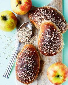 Æbleboller med sesamfrø har en dejlig saftig krumme. Food N, Food And Drink, Bread Bun, Piece Of Cakes, What To Cook, Bread Recipes, Love Food, Yummy Food, Sweets