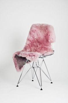 wire chair, pink fur/sheepkskin