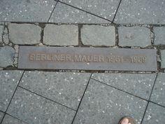 """Alain Raap: """"Vanaf 1933 (opkomst Hitler) tot 1989 (val van de Muur) heb ik het spoor gevolgd door de hele stad. Op een gegeven moment weet je niet meer aan welke kant je staat. De foto geeft dit heel mooi aan, er loopt door de hele stad een virtuele grens van waar de muur gestaan heeft, dit wordt door een scheiding met dubbele vierkante stenen gemarkeerd. Het heeft mijn eigen kijk op grenzen verkennen erg veranderd."""" #ideeënsafari"""
