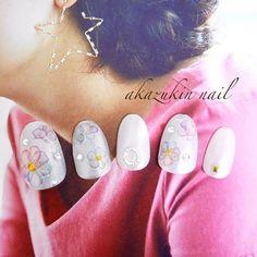 . ホワイトベースのネイルも可愛くて好きなのですが、パールカラーの上品さが最近はお気に入りです♡ 水彩風の花柄可愛いなぁ(*´-`) どんな色のお洋服にも合わせやすいネイルチップです❣️ . お出かけや#結婚式 #成人式 #前撮り に♡ . お仕事や子育てで普段はネイルができない方 ジェルネイルで爪が痩せてしまった方 ネイルチップで手軽に指先のおしゃれを 楽しみましょう(o^^o)♪ . ミンネ、メルカリ、フリルで出品してます❣️ . #セルフネイル #ネイラーさんと繋がりたい #セルフネイラーさんと繋がりたい #おしゃれさんと繋がりたい #お洒落さんと繋がりたい #ウィークリージェルネイル #100均 #LUMIX #ミラーレス #一眼 #写真  #homei #homeiウィークリージェル #nail #ネイルチップ #ネイルチップ販売 #メルカリ #minnie #フリル #ハンドメイド