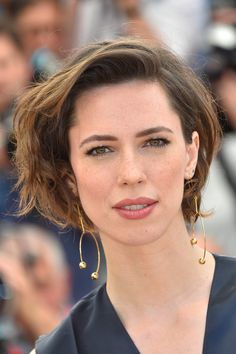 Rebecca Hall Bob - Rebecca Hall looked cool ready messy bob at typically the Cannes photocall for 'The BFG. Messy Short Hair, Short Hair With Bangs, Messy Bob, Rebecca Hall, Vicky Cristina Barcelona, Cool Winter, Female Actresses, Celebrity Look, Short Hairstyles For Women