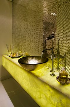 Bancadas de banheiros/lavabos com mármores e ônix iluminados - veja modelos e dicas!