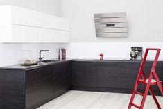 Musta-valkoinen yhdistelmä terästyy punaisella. Yläovet: VENETO, valkoinen kiiltävä Alaovet: ROYAL, musta tammi Vedin: LUNGO, musta Taso: ABSOLUT BLACK, graniitti Home And Living, Google, Kitchen Design, Kitchen Cabinets, Home Decor, Cuisine Design, Decoration Home, Room Decor, Kitchen Base Cabinets