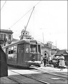 Η πλατεία στο Μοναστηράκι με το τραμ της γραμμής 9, το οποίο εκτελούσε την διαδρομή Ομόνοια – Πετράλωνα μέχρι και το 1960.