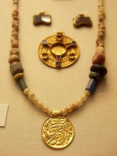 Anglo-Saxon necklace at the British Museum. Renaissance Jewelry, Medieval Jewelry, Viking Jewelry, Ancient Jewelry, Victorian Jewelry, Antique Jewelry, Wiccan Jewelry, Vikings, Anglo Saxon History