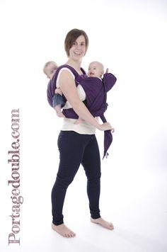 Portage de jumeaux - Installez le premier bébé au dos (ici, en simple croisé),  et grâce à une finition à deux années et une écharpe longue (taille 7 - 5,2  ... 9aed132ca5c