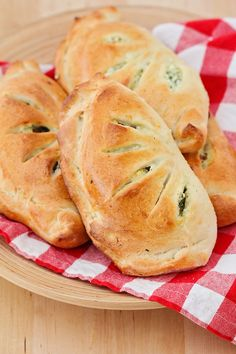These cheesy and savory spinach ricotta calzones are so delicious and the perfect meatless meal! Tofu Ricotta, Spinach Ricotta, Gourmet Recipes, Vegetarian Recipes, Cooking Recipes, Healthy Recipes, Spinach Calzone Recipe, Homemade Calzone, Homemade Breads
