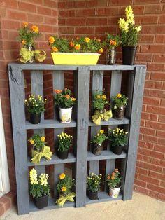 jardin sur balcon avec support pour pots à fleurs en palette de bois et brique de parement rouge