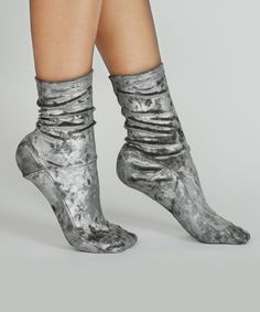 Crushed velvet heaven, turn your sock game up to 11. SPECS: -crushed velvet socks -metallic silver -available in two sizes: 1 fits US sizes 6 - 8, 2 fits US sizes 8.5 - 10 -70% Polyester, 30% Spandex