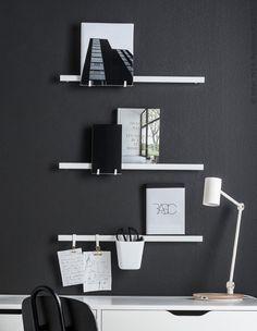 Pretvori zid u fleksibilnu tablu raspoloženja i istovremeno uredi materijale za učenje. Odloži omiljene knjige na pametne kuke ili upotrebi šine kao policu. Stavi olovke i makaze u posudu pored radnog stola da budu nadohvat ruke.