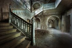 """Swear this is a flipped image of the set of """"Crimson Peak."""""""