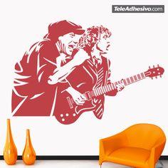 Desde que se formase el grupo AC/DC en 1973, en Australia, los hermanos Young y el resto de integrantes han dado lugar a muchas imágenes míticas que les han ido convirtiendo en iconos del rock. La gorra de Brian Johnson es uno de estos elementos icónicos. En este vinilo decorativo le tenemos junto a Angus Young, para ese rincón que quieras hacer más tuyo...