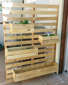 Pallet vertical planter Wooden Pallet Projects, Wood Pallet Planters, Pallet Furniture Projects, Wooden Pallet Furniture, Garden Furniture, Furniture Making, Furniture Ideas, Diy Pallet Couch, Pallet Bench