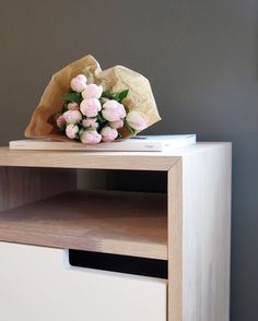Alle nattbordene i 630-kolleksjonen kan brukes fra begge sider #svaneseng #frittirommet #630kolleksjonen #interiørmagasinet #kinfolk #tulipaner #soverom