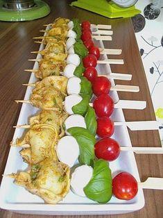 Tortellini - Spießchen - For dinner - FingerFood İdeen Party Finger Foods, Snacks Für Party, Appetizers For Party, Appetizer Recipes, Snack Recipes, Tortellini Skewers, Party Buffet, Food Design, Tapas