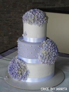Svadobná torta s fialovými hortenzniami. Autorka: MartaMc |Tortyodmamy.sk