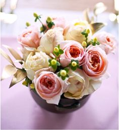 Rosen Blumenstrauß Landhausstil Vase dunkel lila Farbe