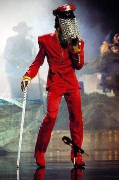 Act II Tour 1993 in crimson red! When he had some very talented costume makers, what tailoring! Too sharp!