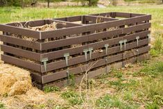 Want to start your own compost? Here we give a comprehensive advice on composting to make the best of organic supplement for your garden soil and plants. Garden Compost, Garden Soil, Vegetable Garden, Biodegradable Products, Making A Compost Bin, Compost Container, Kitchen Waste, Yard Waste, Gardens