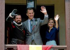 El rey Felipe VI y la reina Letizia  saludan desde el balcón de la Casa de Gobierno de San Agustín (Florida) junto a un voluntario caracterizado como Pedro Menéndez de Avilés