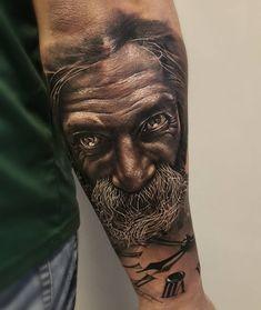 Tatuagem criada por Samurai Standoff do Rio Grande do Sul.    Realismo em preto e cinza no braço.