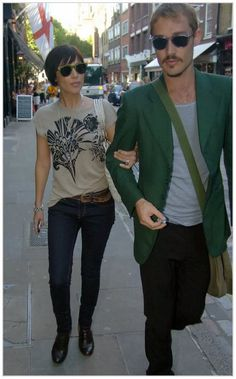 Daniel Johns (of Silverchair) and Natalie Imbruglia in London Celebrity Couples, Celebrity Style, Pretty Short Hair, Growing Out Hair, Natalie Imbruglia, Daniel Johns, Layered Bobs, Crazy Girls, Celebs