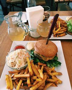 1000things.at präsentiert hat sich auf die Suche nach den besten Burger in Wien gemacht und präsentiert euch eine Übersicht. Burger Laden, Beste Burger, Foods, Travel, Ideas, City, Searching, Tips, Recipies