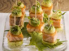 Die gehen weg wie warme Semmeln: Gurken-Lachs-Häppchen mit Avocado - smarter - Zeit: 20 Min.   eatsmarter.de