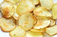 馬鈴薯應該沒有人不愛吃吧﹗薯片可粗略分為兩種,油炸薯片和複合薯片。油炸薯片用新鮮馬鈴薯做的,切片甩掉水份後油炸,這種薯片售價比較貴。另一種「複合薯片」,是由馬鈴薯泥 (薯粉)壓製而成,接著再進行油炸,而壓製機器運用科學的設計原理,將一片片的洋芋片壓製成「馬鞍」形狀,花巧特別多,加入不同的調味料包裝成不同的口味。 很多人製作薯片會取油炸或微波的方法,烤箱或氣炸鍋因為溫度上升太快不好掌控,馬鈴薯薄片的在高溫下焦化的速度很快,若用烤箱或氣炸鍋,很難控制焦化的速度,通常烤焦的部份很快變黑,而且泛圍很大。油炸好像很簡單,但要處理炸完後的一大盤油也很頭痛。微波就不用說了,我家沒有,這些不焦又香又脆的薯片,用淺油煎的方法製作,低溫油煎比較不上火。 馬鈴薯品種絕對影響酥脆感,球狀的「男爵」不適合製作薯片,其肉質十分鬆軟,非常容易煮散,下鍋便迅速煮焦。長卵形的馬鈴薯品種如五月皇后,或美國褐皮馬鈴薯 RUSSET POTATO 較適合製作薯片。含有較多的澱粉質,不容易煮爛,密度較大,選擇外觀整齊,形狀大小均勻,可以切成大小一致的薄片。 手工製作份量不多,薯片本來就少吃多滋味,多吃火氣大。酥脆的東西永遠是現 Snack Recipes, Snacks, Potato Chips, Baked Potato, Potatoes, Baking, Food, Snack Mix Recipes, Appetizer Recipes