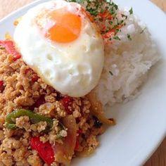 "Khaow Kai Pad Bai Kaparo / fried minced chicken & basil, with jasmine rice & fried egg ""ガパオライス"""