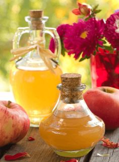 Why buy commercial apple cider vinegar? Making apple cider vinegar at home is easy with this step-by-step guide. Enjoy the many benefits of apple cider vinegar diet, lose weight and stay healthy. Cider Vinegar Benefits, Make Apple Cider Vinegar, Apple Cider Vinegar Remedies, Vinegar Uses, Apple Cider Benefits, Vinegar Hair, Vinegar Weight Loss, Tips And Tricks, Natural Antibiotics