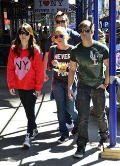 miranda cosgrove i carly filming on streets of new york city  | iCarly cast Miranda Cosgrove, Jennette McCurdy, Nathan Kress and Noah ...