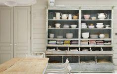 alacena de panadero antigua en decoracion cocina blanca
