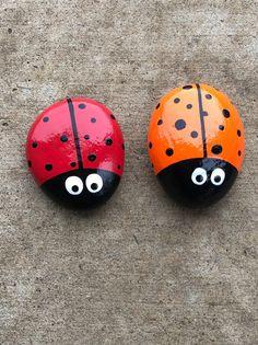 Lady Bug Painted Rocks, Painted River Rocks, Painted Rocks Kids, Rock Painting Patterns, Rock Painting Ideas Easy, Rock Painting Designs, Rock Crafts, Arts And Crafts, Ladybug Rocks