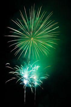 green fireworks explosion on dark background New Year Fireworks, Fireworks Art, Fireworks Photography, Fire Works, Bonfire Night, Nouvel An, Sparklers, Ciel, View Image