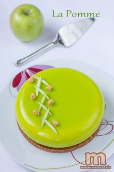 The apple . apple dessert - Macaronette et cie - Trend Christmas Cake 2019 Fancy Desserts, Fancy Cakes, No Bake Desserts, Easy Cake Recipes, Frosting Recipes, Sweet Recipes, Patisserie Fine, Desserts With Biscuits, Cold Cake