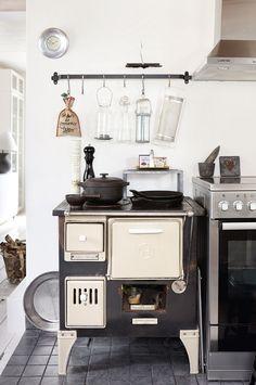 Vanha Hägglövsin puuhella on keittiön sydän. Vanha ja uusi liesi on sijoitettu vieretysten. Puuhella on etenkin talviaikaan ahkerassa käytössä.