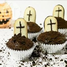 Cupcake Graveyard - it's easy to make last minute Halloween treats! Start with shop-bought cakes, icing and biscuits and make these spooky cupcakes in no time! Halloween Desserts, Halloween Cupcakes, Muffin Halloween, Halloween Finger Foods, Recetas Halloween, Hallowen Food, Halloween Treats For Kids, Halloween Food For Party, Halloween 2018