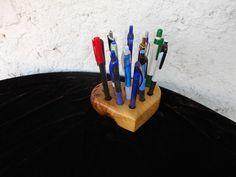STOJÁNEK+NA+TUŽKY+2)Stojánek+na+tužkypropisky+ve+tvaru+srdíčka.Stojánek+je+vyroben+z+akátového+dřeva+tzv.kořenice,očkové+dřevo.Krásná+kresba+tzv.očka+místy+přirozené+prasklinky,zarostlá+kůra.+Povrchová+ůprava+matný+voděodolný+tvrdovosk+OSMO.Stojánek+má+13+dírek+na+tužky,hloubka+cca+3cm+průměr+dírek+12mm.+Rozměry-+14cmx12cmx4cm
