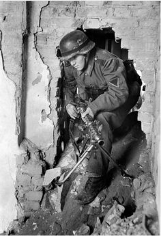 WEHRMACHT soldier (army) with MG 34