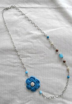 collar de abalorios y flor a crochet en azules y marrones