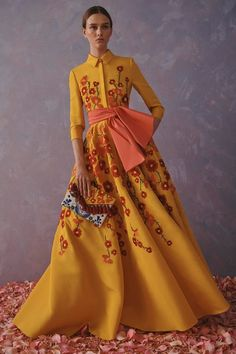 Get inspired and discover Carolina Herrera trunkshow! Shop the latest Carolina Herrera collection at Moda Operandi. Fashion 2020, Look Fashion, Runway Fashion, High Fashion, Fashion Show, Womens Fashion, Fashion Design, Fashion Weeks, Milan Fashion