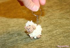 вязаный брелок - овечка